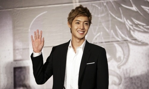 kim-hyun-joong-has-impromptu-meeting-with-fans-at-a-chicken-shop_image