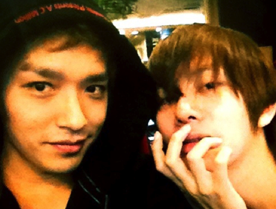 super-junior-kim-hee-chul-and-simon-d-snap-a-photo-together-at-an-internet-cafe_image