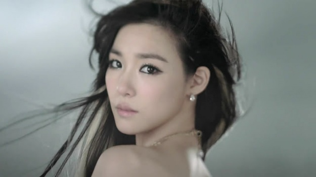 tiffany-once-again-in-the-spotlight-for-controversial-outfit-at-hk-concert_image