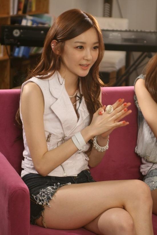 Davichi's Kang Min Kyung Reveals Her Triceps