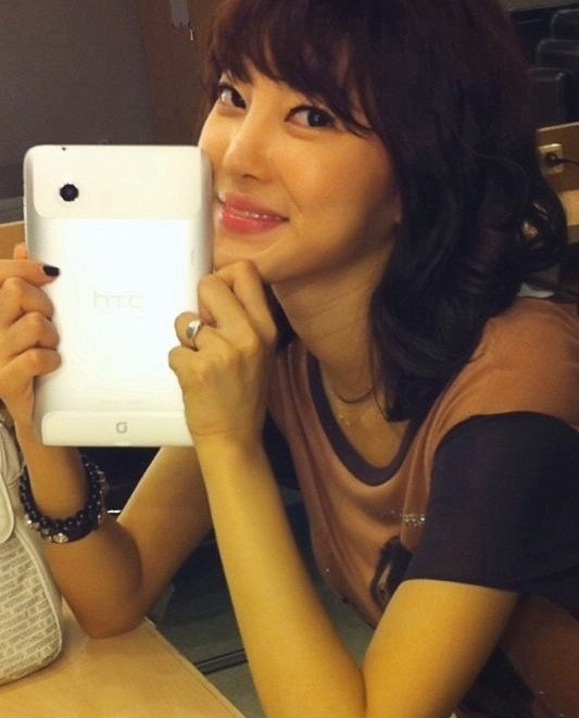 NS Yoon Ji Tweets about Her New HTC Flyer