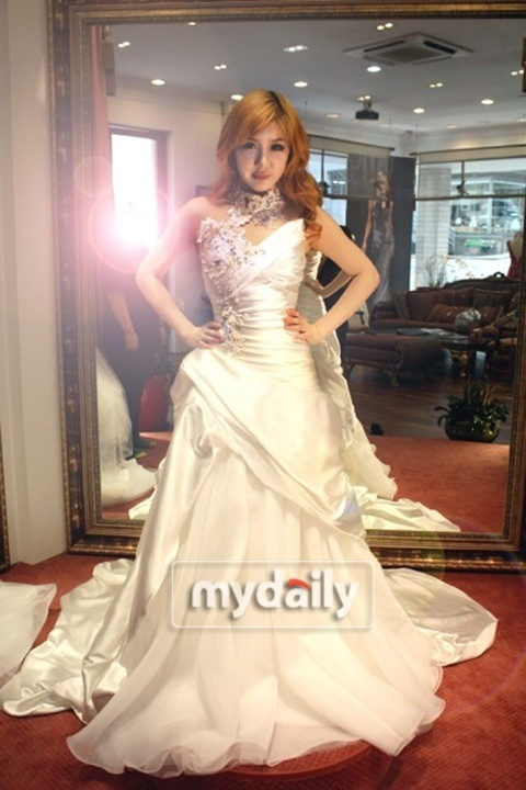 A Charming Wedding Dress on an Even More Charming Park Bom