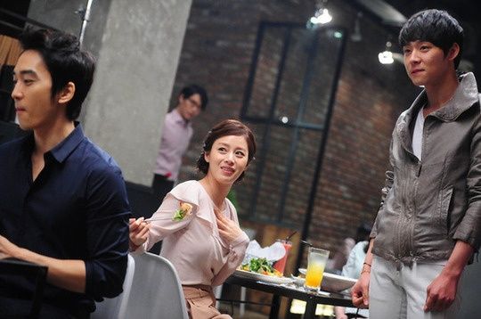 BTS Photos of Park Yoo Chun, Song Seung Hun and Kim Tae Hee on CF Set for Blacksmith Restaurant