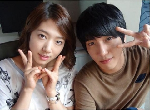 """Heartstrings"" Teases with Jung Yong Hwa & Park Shin Hye's Date in the Rain"