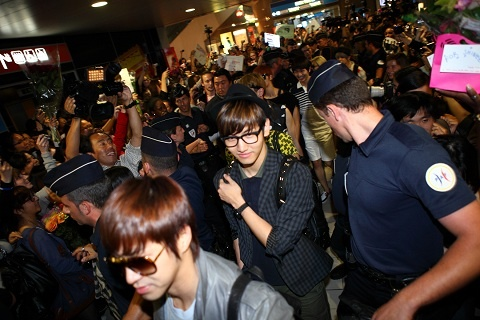 DBSK, SHINee, and f(X) Arrive in Paris!