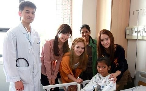 Kind-hearted SNSD Visits a Cambodian Fan in Hospital