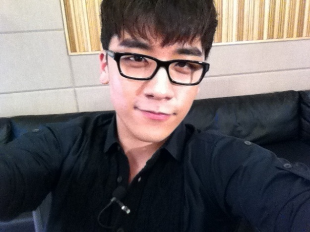 Big Bang's Seungri Welcomes Students to His College