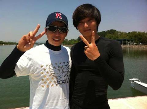 2AM's Jung Jinwoon Snaps a Selca with Yoo Jae Suk!