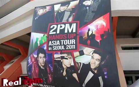 """2PM Shows Off BTS of Their """"Hands Up Asia Tour in Seoul"""""""