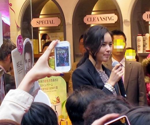 Han Ga In's Beauty Shines Even in Streets