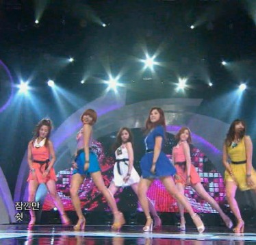 """A Pink's """"Compass Dance"""" for """"HUSH"""" Gives Them Leg Spasms"""