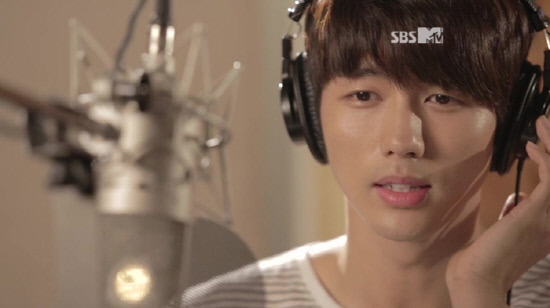 "2AM's Seulong Sings a Song for a ""Glam"" Member"