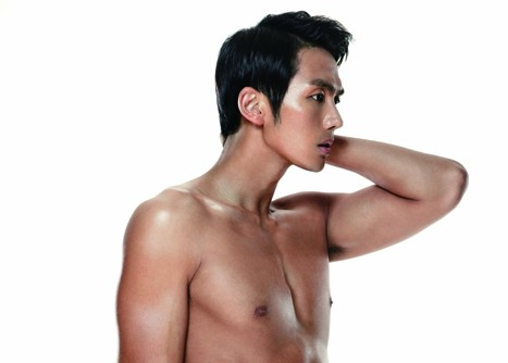 "2AM's Seulong Shows Off His Sculpted Body for ""Ceci"""