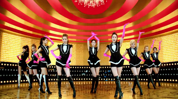 "Girls' Generation Releases Gold Dance Ver. MV for ""Paparazzi"""