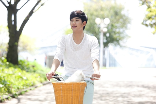 "Kim Soo Hyun to Leave for Japan to Promote ""The Moon That Embraces the Sun"""