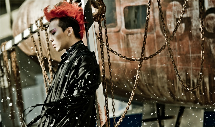 Big Bang's GD Shows Off his Pink Hairstyle and Updates Fans from Paris