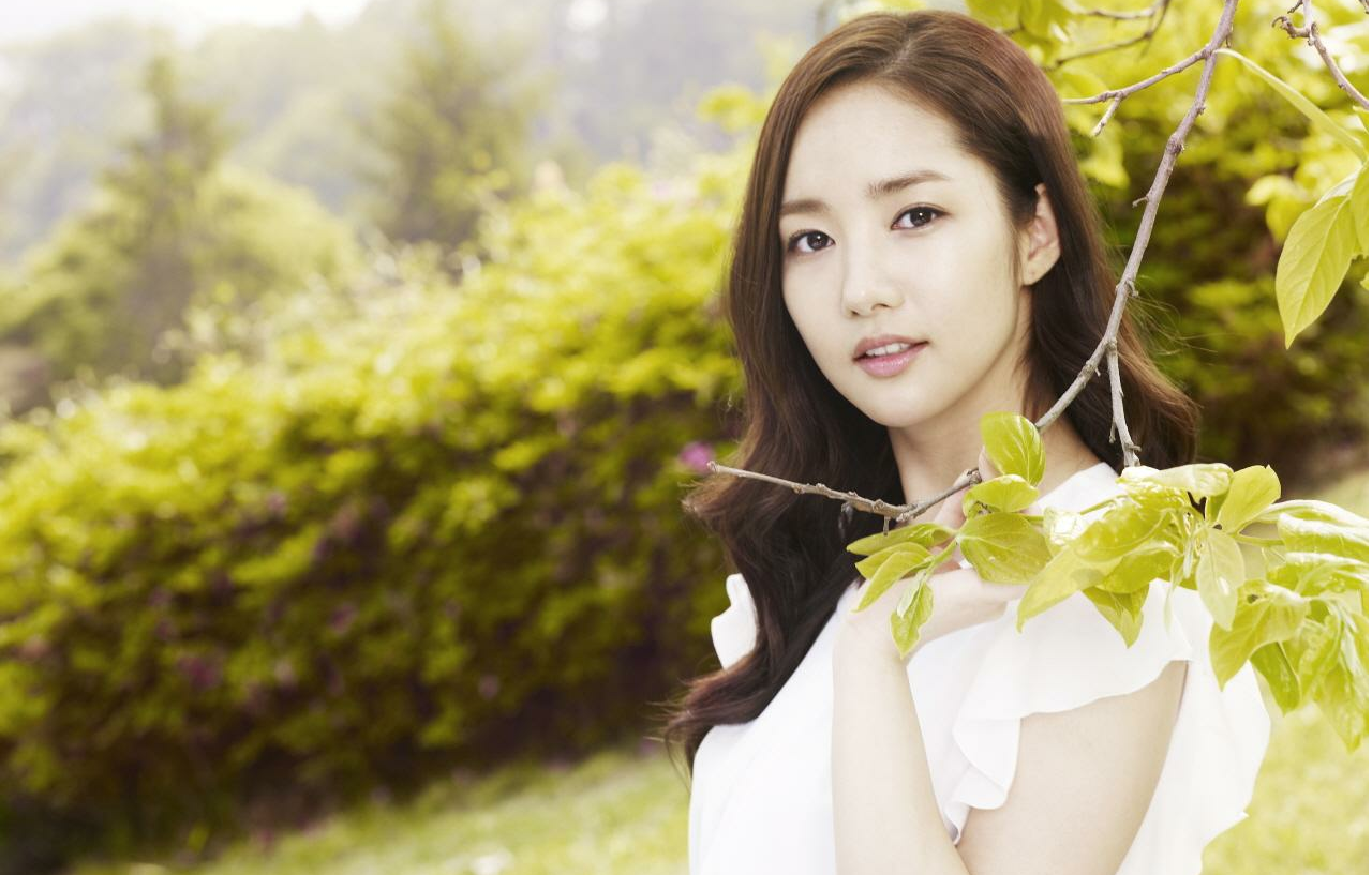 "Park Min Young Battles the Sun Behind-the-Scenes at ""Dr. Jin"""