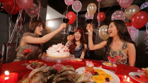 """TaeTiSeo Throws Fun Hotel Party Before Mnet's """"20's Choice Awards"""""""