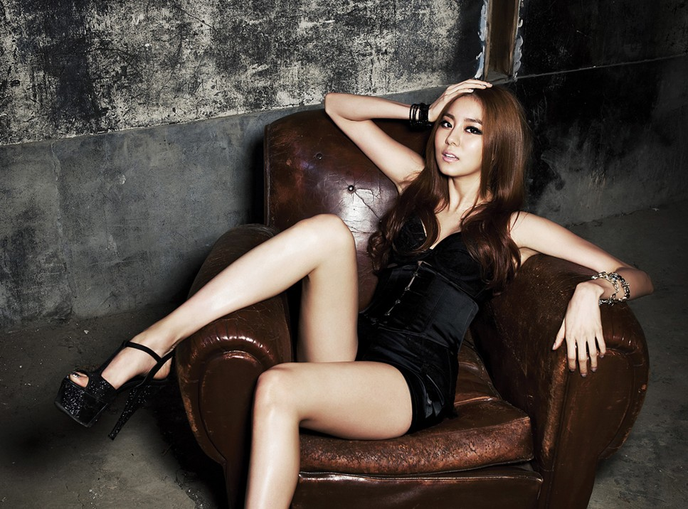 After School Uee Shows Off Her Leg Manners for MV Staff