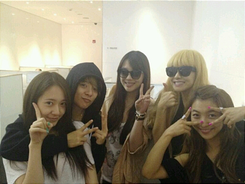 "f(x) Celebrates ""Music Bank"" Win at the Airport"