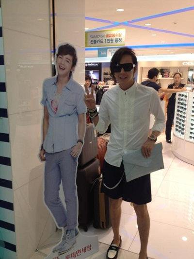 Jang Geun Suk Poses with Himself for Airport Fashion Proof Shot