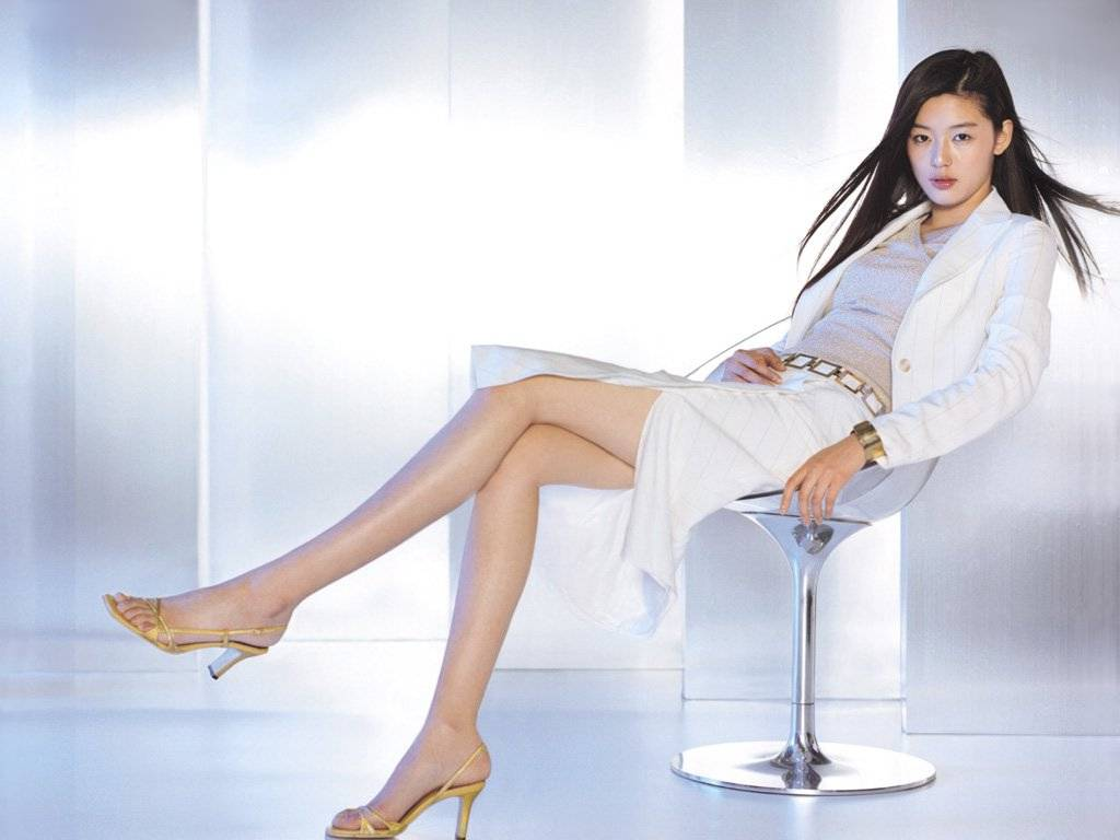 """Jeon Ji Hyun Shows Off Her Sexiness in a Catsuit for """"Thieves"""" Poster"""