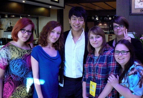 Lee Seung Gi Snaps a Picture with Foreign Fans