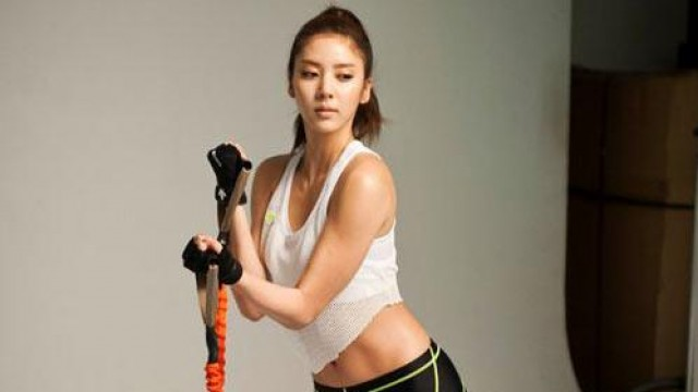 Son Dambi Attracts Attention with Her Toned Body