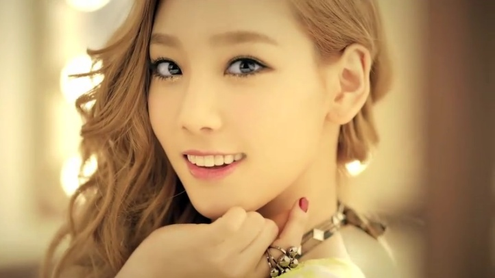 Girls' Generation Taeyeon Startled by Moth