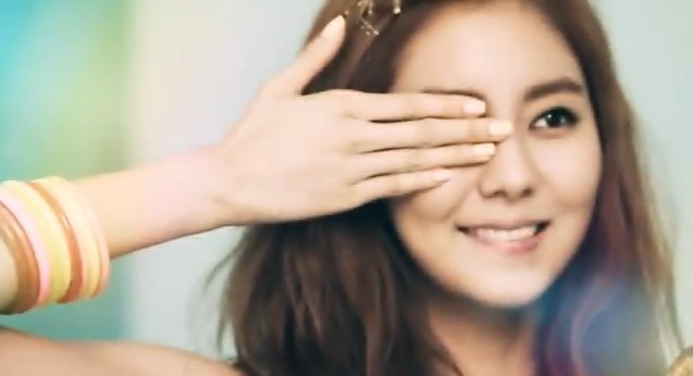 After School's Uee Takes You Behind the Scenes at Ceci Photo Shoot