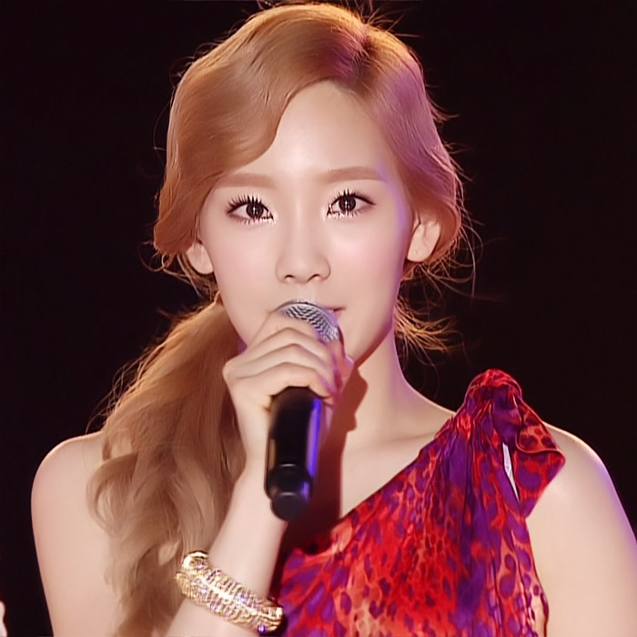 Taeyeon Reveals Photos of Herself Taken with Fans in the Background