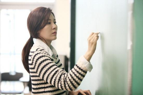 "Kim Ha Neul Rocks the ""White Skinny Pants"" Fashion"