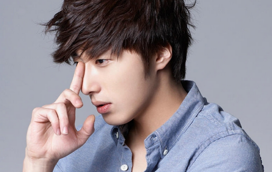 Jung Il Woo Snaps a Photo While Chatting with Chinese Netizens