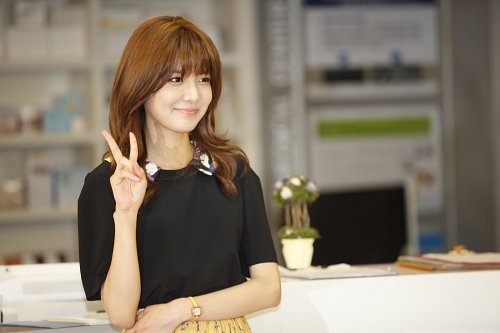 """Girls' Generation Sooyoung Poses for """"Singles"""" and Gets Praised for Acting Skills"""