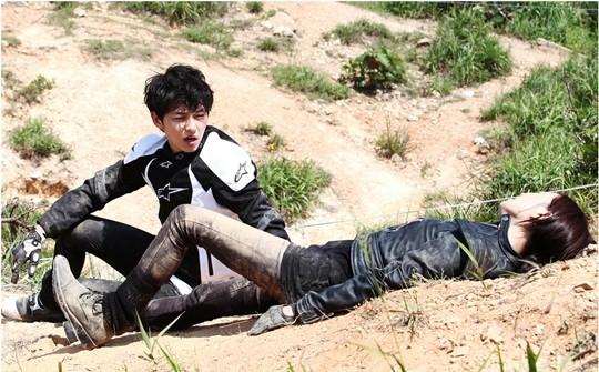 """New Stills of Song Joong Ki and Moon Chae Won Rolling In Dirt for """"Nice Guy"""" Released"""