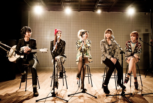 "2NE1 Performs Acoustic Versions of ""I Love You"" and ""Lonely"" with YouTube Sensation Jung Sung Ha"
