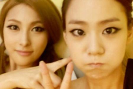 KARA's Han Seung Yeon and Park Gyu Ri Share a Selca