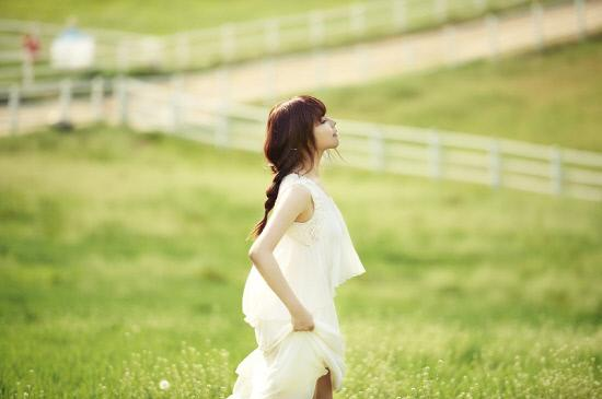"""Juniel Shows Off Charms in """"Elle Girl"""""""