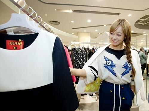 f(x)'s Victoria Spotted Shopping by Netizens