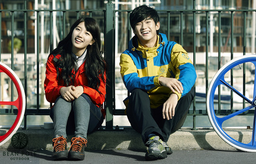 Kim Soo Hyun Respects Miss A's Suzy With Manner Hands