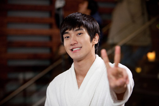 "Super Junior's Siwon Snaps Perfect ""Siwon over Flowers"" Photo"