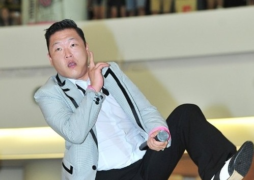 Psy Takes Affectionate Photo with Ellen DeGeneres