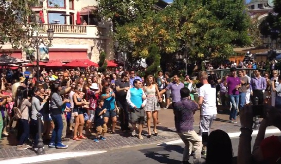 """PSY Followed by """"Gangnam Style"""" Flash Mob at The Grove in L.A"""