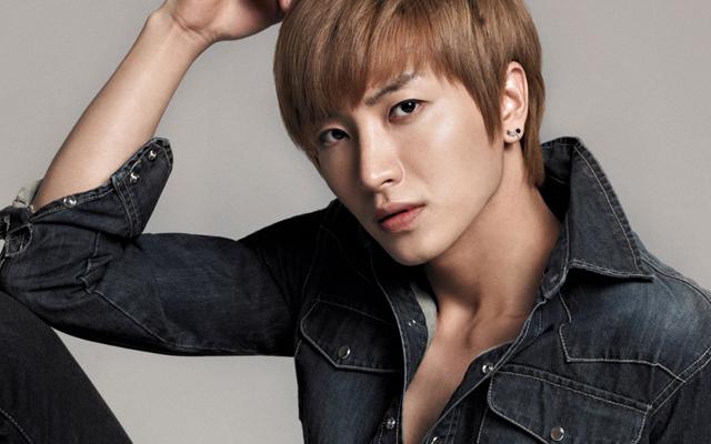 Super Junior's Leeteuk Receives Appreciation Plaque for Star King