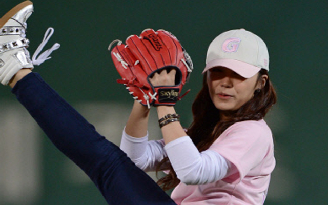A Pink's Eun Ji Successfully Throws Opening Pitch in Busan