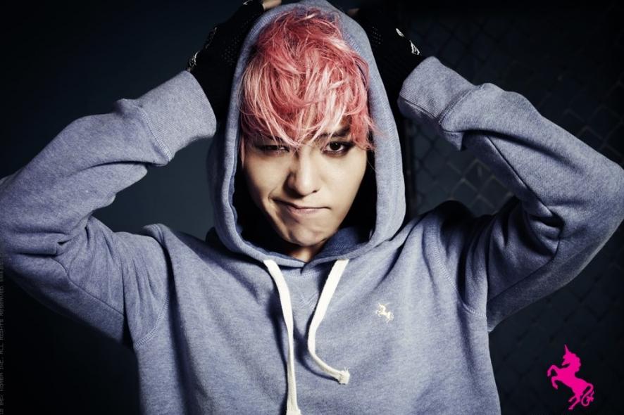 G-Dragon Flexes His Abdomen on Twitter