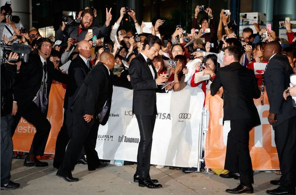 "Fans Go Wild For Jang Dong Gun at the Premiere of ""Dangerous Liaisons"""