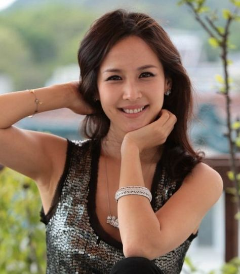"""Haeundae Lovers"" Actress Jo Yeo Jung is a Radiant Darling in Headphones"