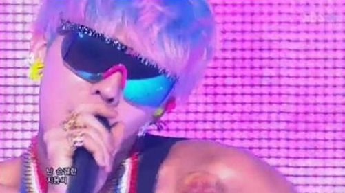 """G-Dragon Puts on Surprise Event for Fans at SBS's """"Inkigayo"""