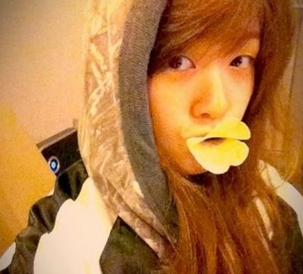 Girl's Day member Minah Poses Like a Cute Duck in Selcas